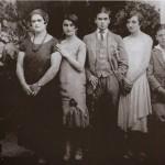 Frida de traje, con sus hermanas y primos