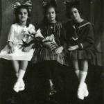 1919, con su hermana Cristina y su amiga Isabel Campos